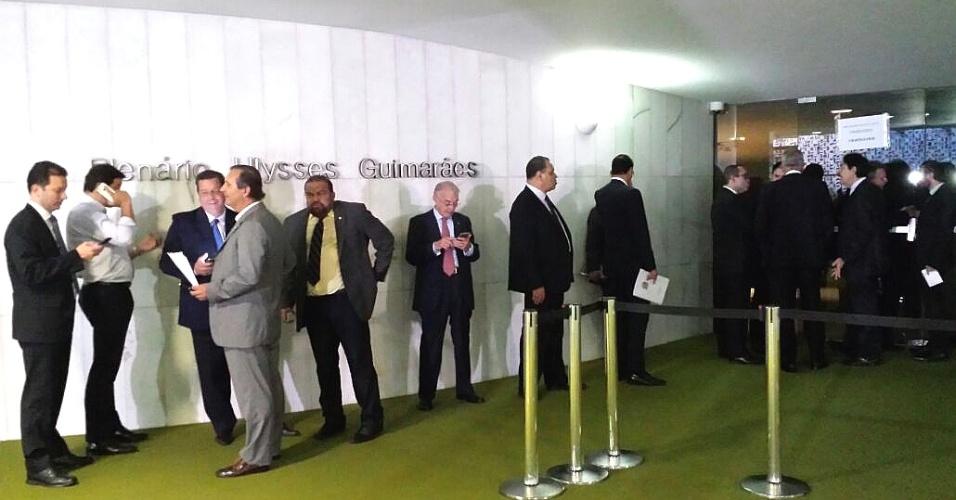 15.abr.2016 - Deputados acordaram cedo à espera da abertura das inscrições para discursar amanhã nos debates sobre o processo de impeachment contra a presidente Dilma Rousseff