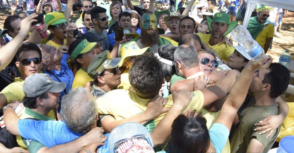16.abr.2016 - Manifestantes a favor do impeachment da presidente Dilma Rousseff se abraçam em Brasília. Eles montaram um acampamento na capital federal para aguardar a votação que acontece na Câmara dos Deputados neste domingo