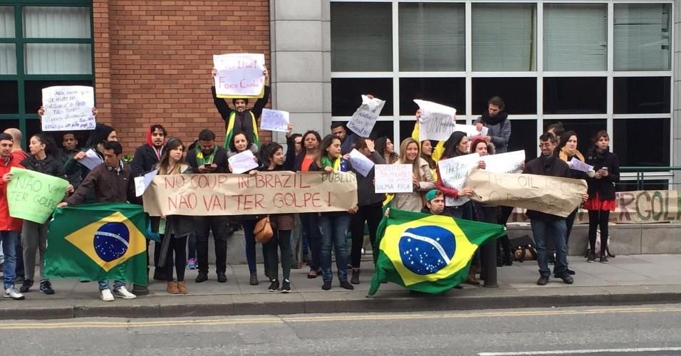 """17.abr.2016 - Cerca de 50 pessoas se reúnem em frete a embaixada do Brasil em Dublin, Irlanda. """"Somos brasileiros lutando pela democracia do nosso país mesmo estando longe de casa"""", afirmou o estudante de inglês Lourival Júnior, que enviou a imagem para o WhatsApp do UOL (11) 95520-5752"""