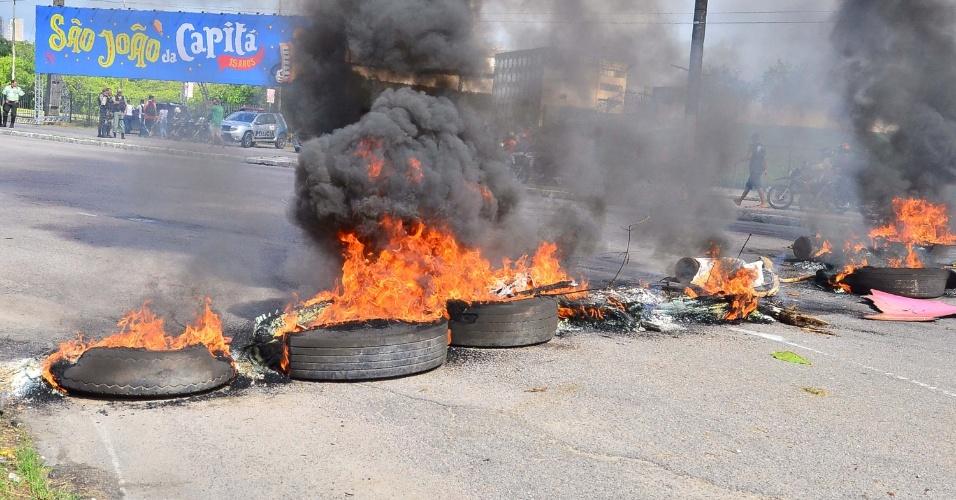 26.abr.2016 - Pessoas ligadas a movimentos sociais bloquearam parte da avenida Agamenon Magalhães, em frente ao Centro de Convenções de Pernambuco, em Olinda (PE), em protesto contra o impeachment da presidente Dilma Rousseff. O grupo ateou fogo em pneus e entulhos, complicando o trânsito da região