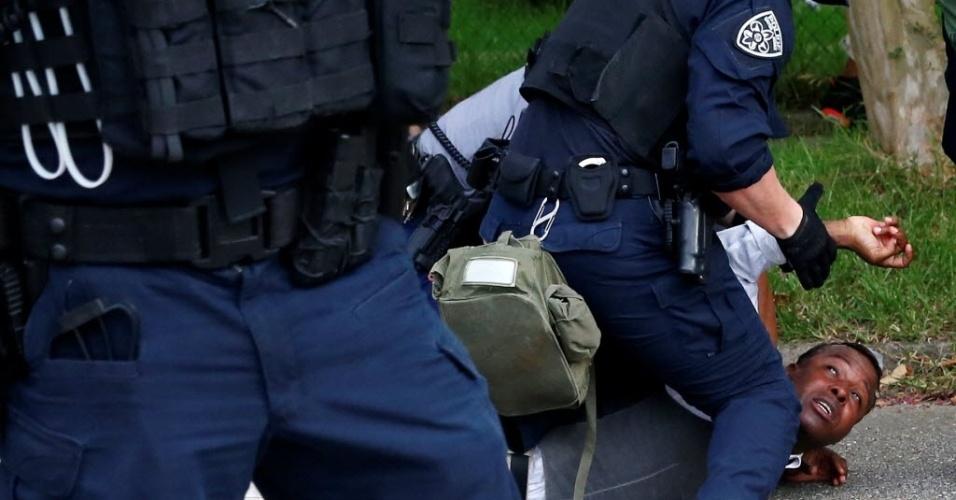 10.jul.2016 - Homem é detido em protesto contra a violência policial em Baton Rouge, nos Estados Unidos