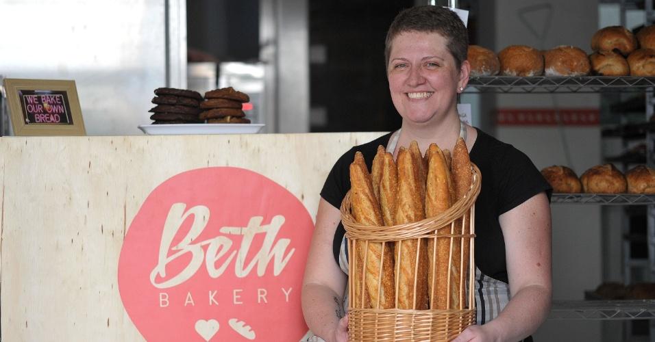 Beth Viveiros, dona da Beth Bakery, na Vila Mariana, na zona sul de São Paulo, produz pães, bolos e cookies caseiros