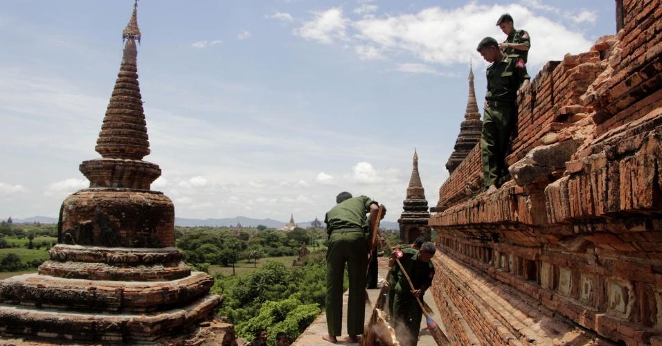 25.ago.2016 - Funcionários limpam templo que foi parcialmente destruído em sítio arqueológico de Bagan, em Mianmar. Um terremoto de magnitude 6,8 na escala Richter atingiu o país e danificou quase cem templos centenários da região