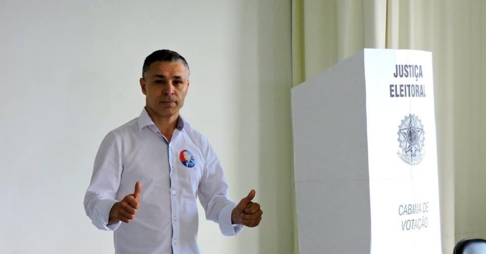 2.out.2016 - O candidato do PMN à Prefeitura de Porto Alegre, João Carlos Rodrigues, votou na manhã deste domingo (2), na PUC, em Porto Alegre