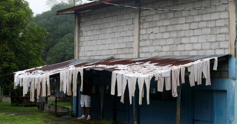 1.out.2016 - Uniformes de usuários de drogas são secados no Centro de Reabilitação de Usuários de Drogas Central Luzon, em Pampanga, Filipinas