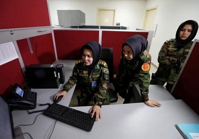 10.nov.2016 - As soldadas são designadas para posições fora de combate, como gestão, recursos humanos, logística, operações de rádio ou inteligência