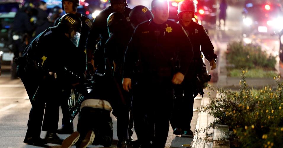 9.nov.2016 - Policiais detêm manifestante em Oakland