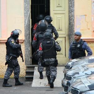 Tropa de Choque entra na Cadeia Pública Raimundo Vidal Pessoa, no centro de Manaus, durante rebelião neste domingo (8)