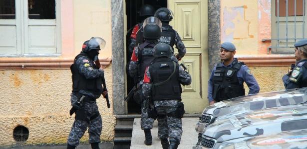 Tropa de choque entra na cadeia Vidal Pessoa, em Manaus, durante rebelião deste domingo