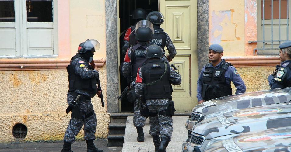 8.jan.2017 - Tropa de choque entra na Cadeia Pública Raimundo Vidal Pessoa em Manaus (AM), neste domingo, durante rebelião que deixou pelo menos 4 mortos. A cadeia estava desativada e recebeu cerca de 300 presos transferidos do Compaj, após o massacre que deixou 60 presos mortos