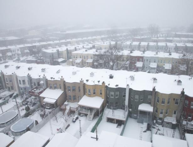 Neve cobre as casas no bairro do Queens, em Nova York
