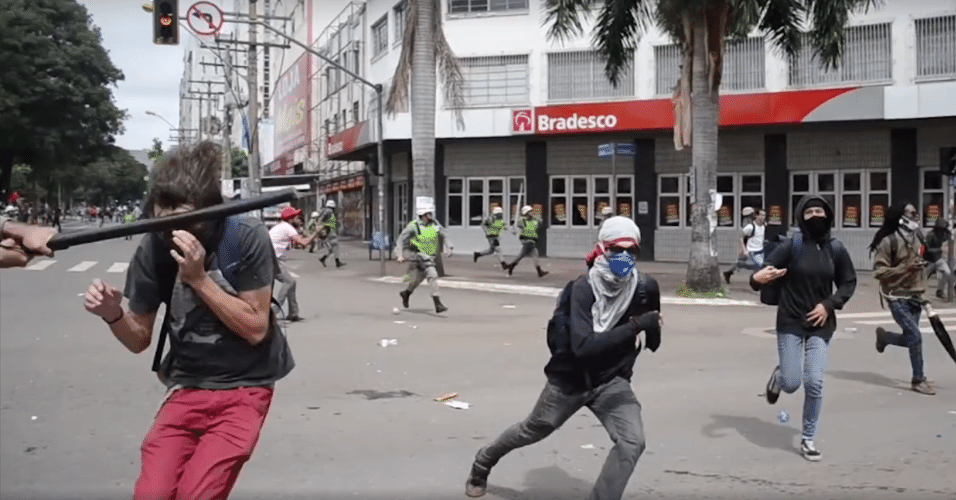 Resultado de imagem para o que o manifestante do goias estava fazendo
