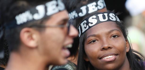 Fieis participam da 25ª edição da Marcha Para Jesus, na avenida Tiradentes, em São Paulo (SP), nessa quinta (15)