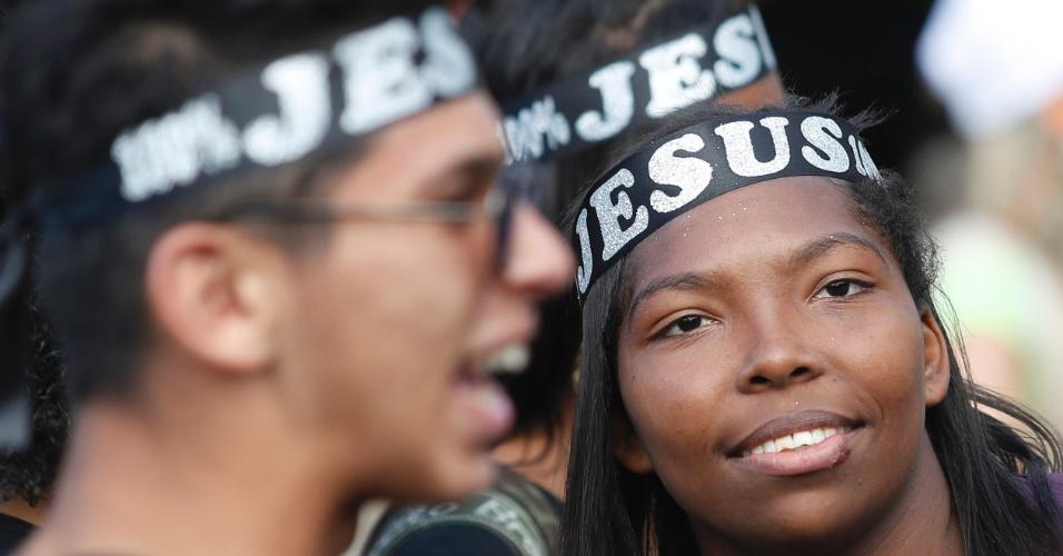 15.jun.2017 - Pessoas participam da 25ª edição da Marcha Para Jesus, na avenida Tiradentes, em São Paulo (SP). Diversos shows de música gospel ocorrem em palco montado próximo ao Campo de Marte
