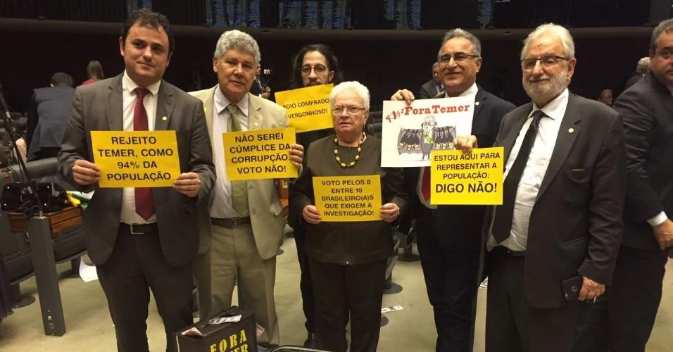 """2.ago.2017 - Deputados da oposição fizeram protestos com malas com dinheiro falso e fixas e cartazes com os dizeres """"Fora Temer"""""""