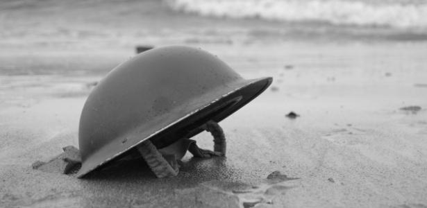 Capacete de soldado britânico em praia de Dunquerque