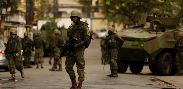 Soldados participam de operação no Complexo do Lins, no Rio de Janeiro