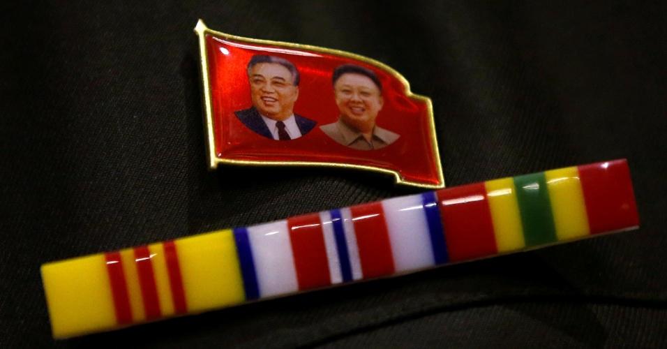 29.out.2017 - Fã exibe broche com a imagem de Kim Il-sung, fundador da Coreia do Norte, e Kim Jong-il, durante evento em Tóquio