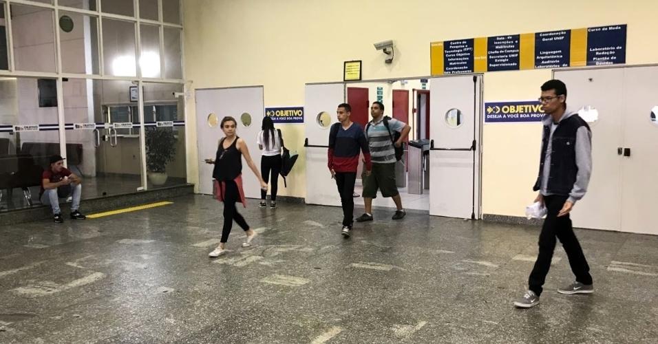 12.nov.2011 - Candidatos deixam o Colégio Objetivo, na avenida Paulista, depois de cumprirem o segundo dia de prova do Enem (Exame Nacional do Ensino Médico)