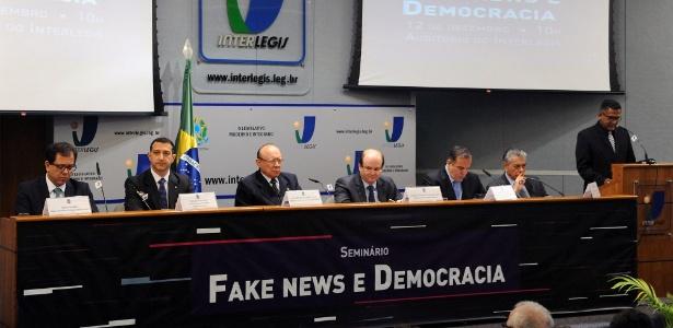 Congresso faz seminário sobre fake news; João Alberto Souza é o 3º da esq. para a dir.