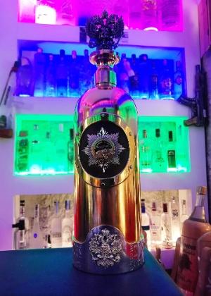 A garrafa, da marca Russo-Baltique, feita à base de ouro amarelo e ouro branco, tem também um diamante incrustado