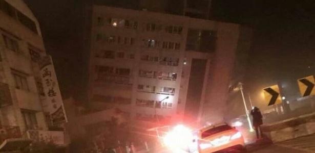 Imagem de um dos edifícios atingidos durante o terremoto que abalou a ilha