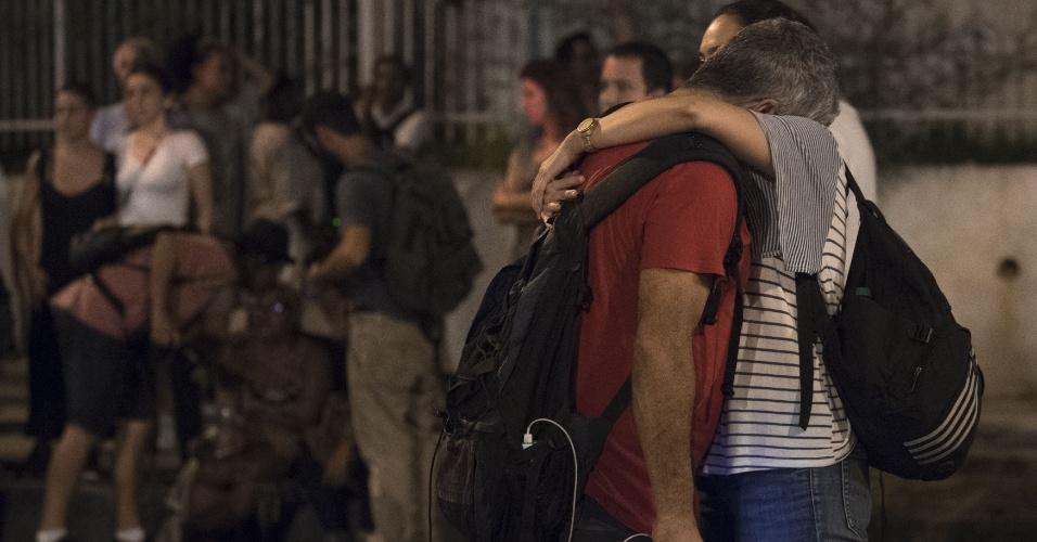 15.mar.2018 - Amigos e parentes da vereadora Marielle Franco (PSOL) se consolam no local onde a parlamentar foi assassinada a tiros no bairro do Estácio, no Rio de Janeiro, na noite da quarta-feira (14). Ela foi morta quando voltava de um evento na Lapa, centro do Rio