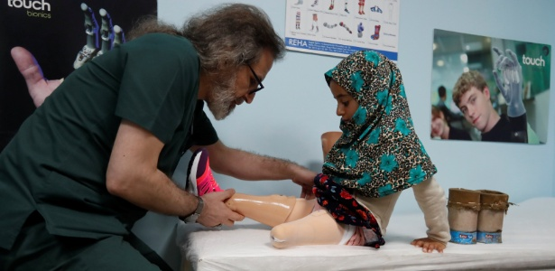 Técnico ajusta prótese para Maya Merhi em Istambul - Osman Orsal/Reuters