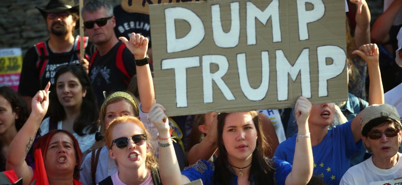 Manifestantes protestam contra visita de Trump ao Reino Unido na quinta (12) - Hannah McKay / REUTERS