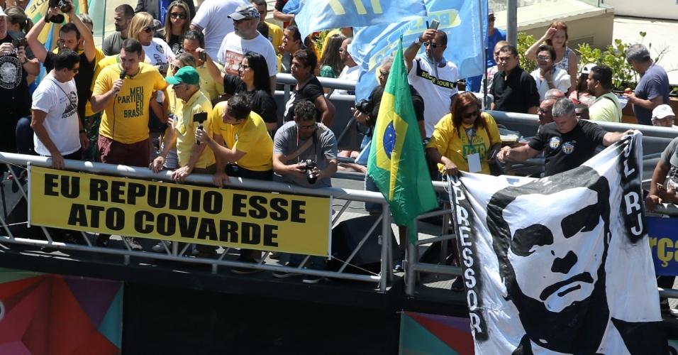10.set.2018 - Flávio Bolsonaro (2º/e) participa de manifestação em solidariedade a seu pai, o candidato do PSL à Presidência da República, Jair Bolsonaro, acompanhado do candidato à vice na chapa presidencial, general Hamilton Mourão (e, de camiseta branca), na Praia de Copacabana, zona sul do Rio de Janeiro, neste domingo, 9