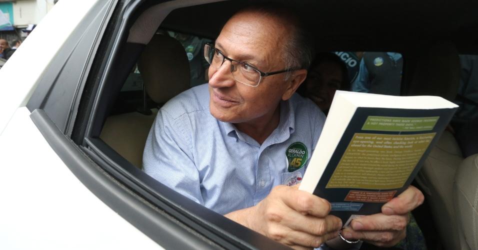 5.out.2018 - O candidato do PSDB à Presidência da República, Geraldo Alckmin, faz caminhada próximo ao Teatro Municipal, no centro da cidade de São Paulo, nesta sexta-feira, 5