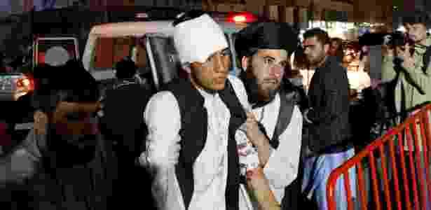 Homem ferido em atentado chega a hospital em Cabul, no Afeganistão - Mohamad Ismail/Reuters
