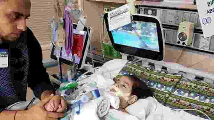 Ali Hassan cuida do filho, Abdullah, que terá os aparelhos desligados nessa semana - AFP - AFP