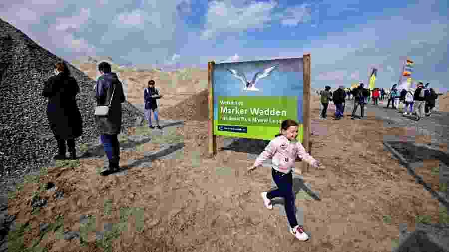 Visitantes caminham no Marker Wadden, ilhas artificiais localizadas no lago Markermeer, na Holanda - ANP/AFP