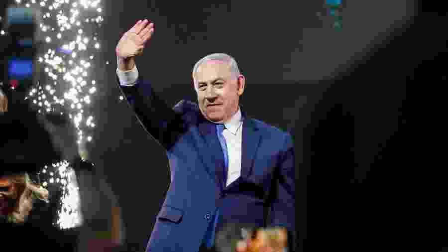 10.abr.2019 - O primeiro-ministro de Israel, Benjamin Netanyahu, cumprimenta seus partidários na sede do Partido Likud na cidade litorânea israelense de Tel Aviv na noite da eleição - Thomas Coex/AFP