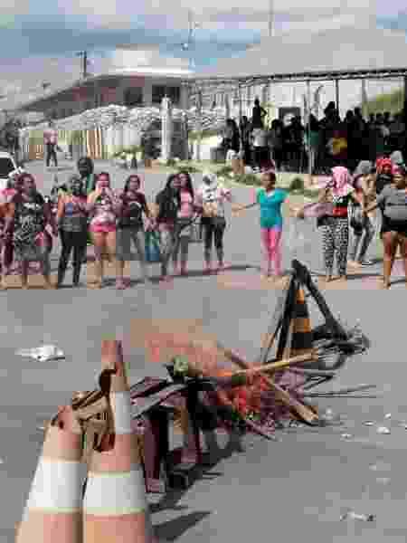 Parentes de detentos protestam e bloqueiam entrada de presídio em Manaus após mortes - REUTERS/Sandro Pereira