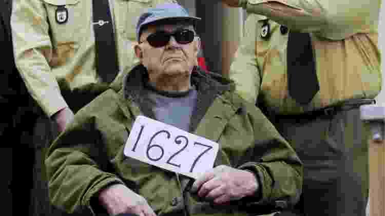 O ex-guarda John Demjanjuk, condenado a cinco anos de prisão por cumplicidade nas mortes do campo de extermínio de Sobibor, localizado também no atual território da Polônia - Lukas Barth - 22.fev.1977/Reuters