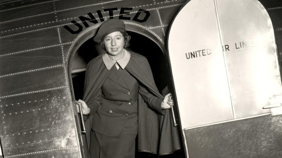 Ellen Church na porta de um Douglas DC-3 da United Airlines com o seu primeiro uniforme de comissária de bordo - National Air and Space Museum