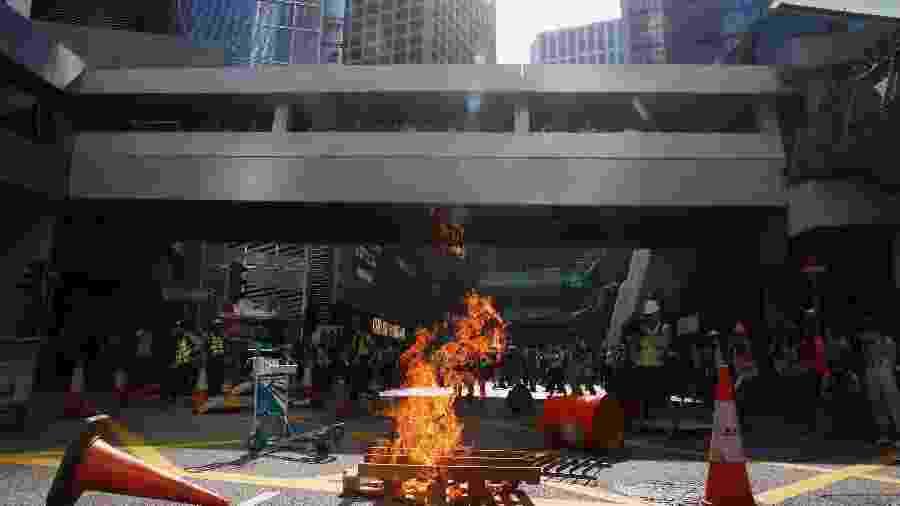 Barricada é incendiada por manifestantes em protesto no centro de Hong Kong - Thomas Peter/Reuters
