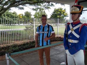 Com a camisa do Grêmio, o salva-vidas Cláudio Matias, 30 anos, esteve na portaria do Alvorada para saber se Bolsonaro apareceria - Eduardo Militão/UOL
