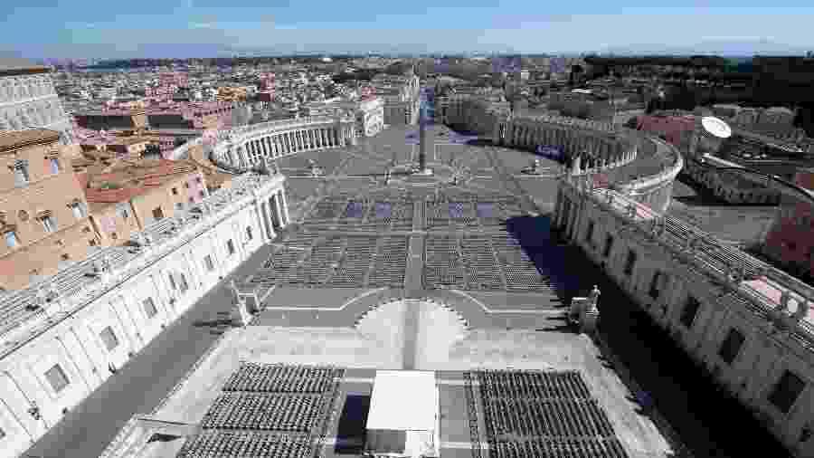 Imagem mostra praça de São Pedro, em frente à Basílica de São Pedro, no Vaticano, completamente vazia - Handout/Vatican Media/AFP