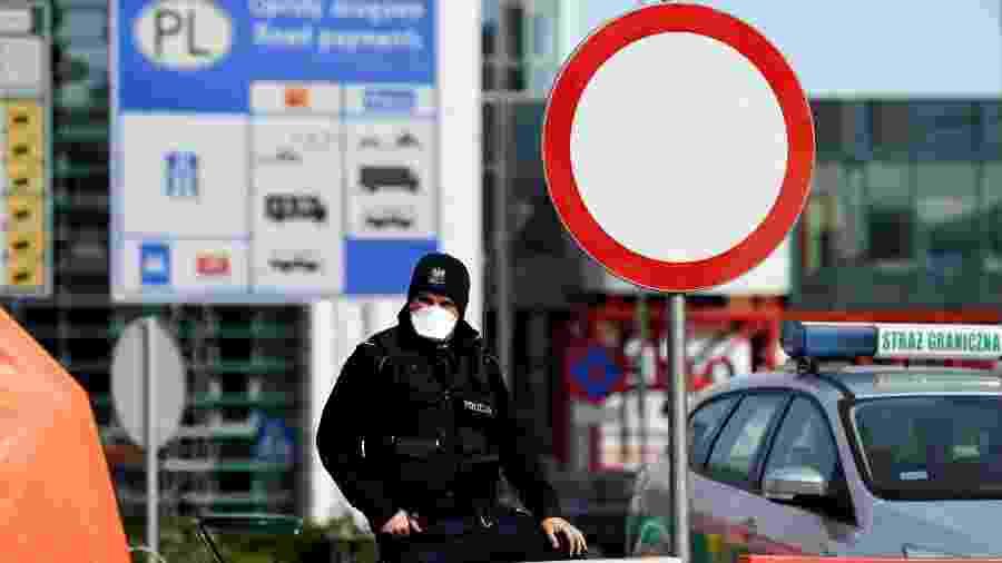 Policial polonês na fronteira entre Alemanha e Polônia após fechamento da fronteira entre os dois países como medida preventiva para lidar com coronavírus - Annegret Hilse/Reuters