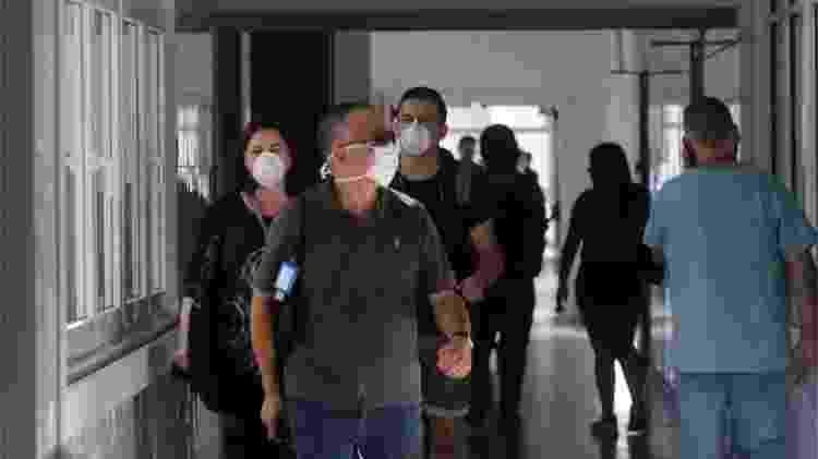 Pessoas de máscara em unidade de saúde chilena - Reuters via BBC - Reuters via BBC