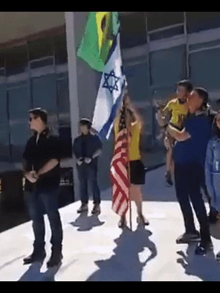 Presidente Jair Bolsonaro e bandeiras do Brasil, Israel e EUA - Reprodução do Facebook