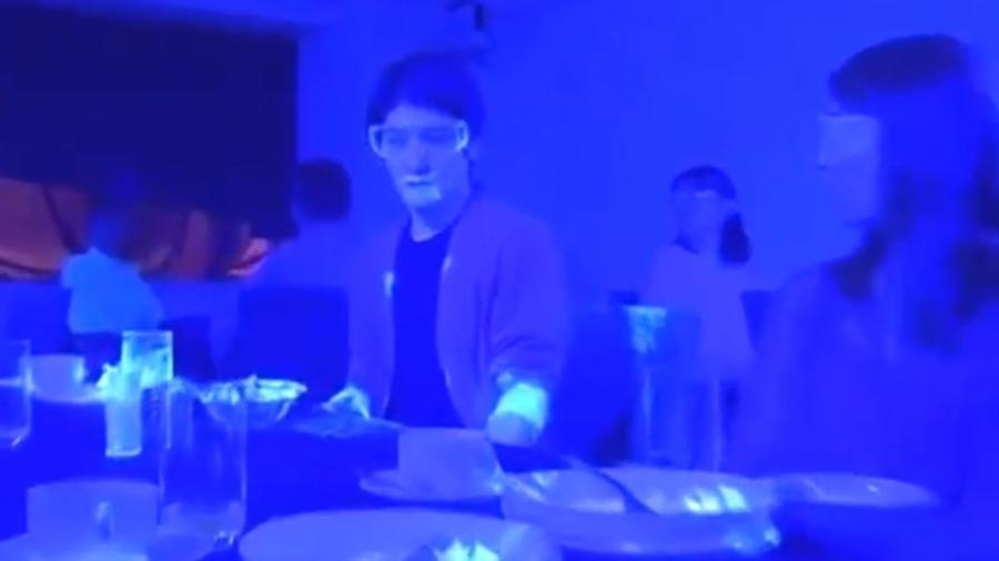 Com tinta fluorescente e luz escura, emissora mostrou como mãos podem espalhar um vírus - NHK/Reprodução