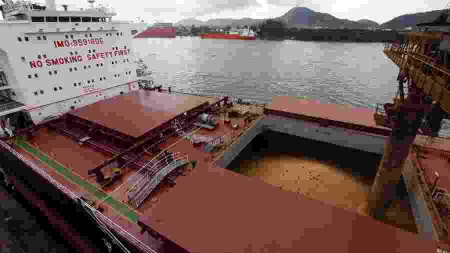 Navio carregado com soja para exportação no porto de Santos (SP) - Paulo Whitaker