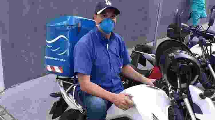 Motoboy Fabiano Constante, de São Paulo, entrega material biológico entre um hospital e um laboratório de dia, e pizzas à noite - Acervo pessoal - Acervo pessoal
