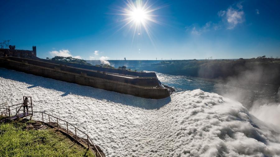 Usina hidrelétrica de Itaipu, em Foz do Iguaçu (PR), com comportas abertas - HANDOUT