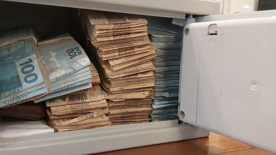 Dinheiro em espécie apreendido pela Polícia Federal na Operação Revide, que aura fraudes na saúde e na previdência em São Paulo e Minas Gerais - Divulgação Polícia Federal
