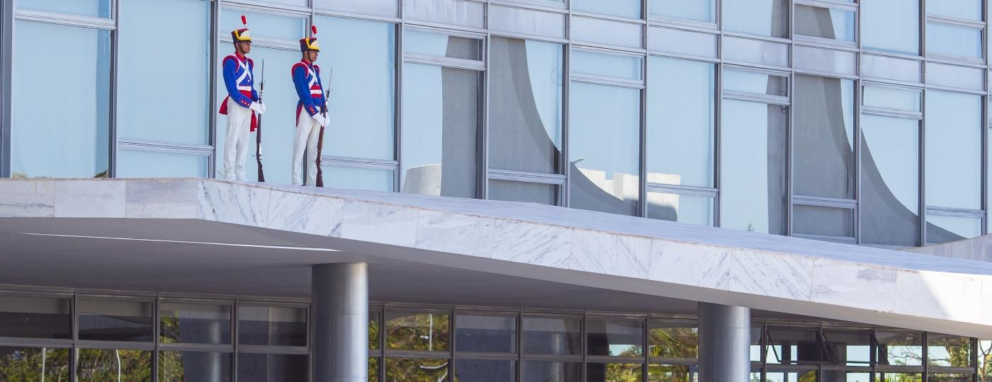 Sem máscara, soldados da guarda presidencial fazem proteção simbólica do Planalto - Kleyton Amorim/UOL